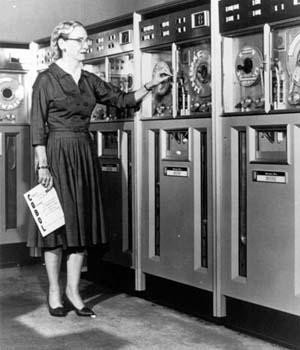 Grace Hopper, pionera en el mundo de la informática. Sus experiencias con Flow-Matic crearon las bases para el nacimiento del lenguaje Cobol