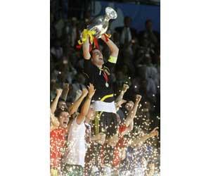 Casillas levantando la Eurocopa 2008