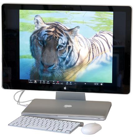 vista general del nuevo led cinema display de 24 pulgadas con el macbook pro de 15 pulgadas y teclado y ratón inalámbricos